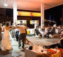 Guardian: Γαμήλιο γλέντι σε βενζινάδικο, λόγω κρίσης…