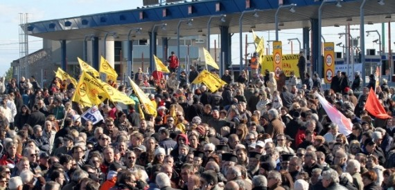 Αθωώθηκαν 30 Θεσσαλοί του κινήματος ενάντια στα διόδια