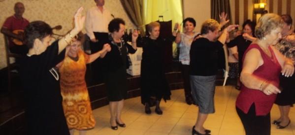 Χορεύουν τα μέλη του Ε΄ ΚΑΠΗ