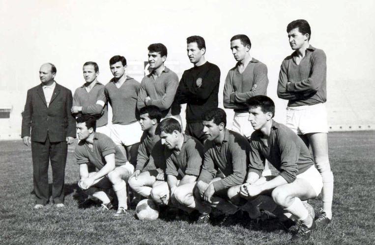 Ο ΑΟΤ της περιόδου 1964-65. Όρθιοι απο αριστερά ο προπονητής Στέφαν Καραμφίλοβιτς, Κόκκαλης, Κακαβίτσας, Μακρής, Τζώρτζης, Τάκης Μπρουζούκης, Κλαπανάρας. Κάτω: Χαριτίδης, Ζάχος, Ράντοβιτς, Καλαντζής, Πανταζής