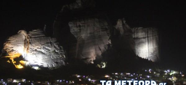 """""""Στους βράχους στα Μετέωρα""""… με φως το βράδυ"""