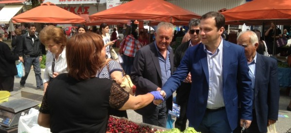 Ένα με τον κόσμο στη λαϊκή αγορά των Τρικάλων ο υπ. ευρωβουλευτής Θανάσης Λιούτας