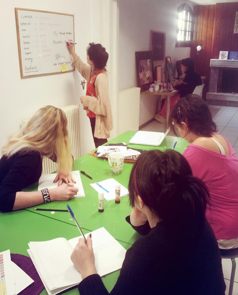 Οι κοπέλες του ξενώνα, πρώην θύματα εμπορίας ανθρώπων παρακολουθούν μαθήματα πληροφορικής στον ξενώνα της Α21 Campaign στη Θεσσαλονίκη.