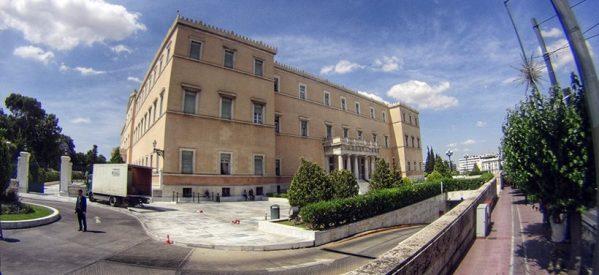 Παγώνουν οι μετατάξεις στη Βουλή με εντολή Τσίπρα