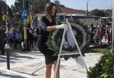 Η Τρικαλινή σημαιοφόρος με το «στυλάτο ντύσιμο» στην κατάθεση στεφάνων
