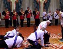 Ενθρόνιση του νέου βασιλιά της Ταϊλάνδης. Μπροστά του, σερνάμενοι στο πάτωμα ανώτατοι αξιωματούχοι του κράτους, μεταξύ των οποίων και ο πρωθυπουργός.