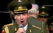 Συγκλονιστικό βίντεο: Η ξεκληρισμένη χορωδία του Κόκκινου Στρατού ερμηνεύει στα ελληνικά το «Όταν σφίγγουν το χέρι»