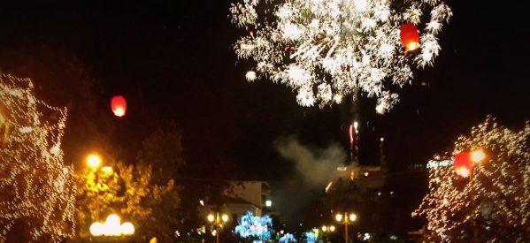 Τρίκαλα: Φωταγωγείται το υψηλότερο φυσικό χριστουγεννιάτικο δέντρο της Ελλάδας
