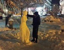 Φοιτητής «έπλασε» με χιόνι τη Θεά Αφροδίτη μπροστά από το κτήριο του «Αριστοτέλη»