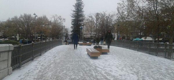 Δελτίο ΕΜΥ: Συνεχίζεται και τη Δευτέρα το κύμα κακοκαιρίας με χιόνια, καταιγίδες και παγετό