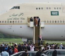 Η απόλυτη χλιδή για τον Σαουδάραβα βασιλιά: Χρυσή σκάλα και 6 ομπρέλες για να μην βραχεί!
