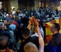 ΤΕΛΕΥΤΑΙΑ ΕΞΕΛΙΞΗ: Εισβολή διαδηλωτών στη Βουλή των Σκοπίων μετά την εκλογή Αλβανού προέδρου