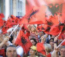 Καπνογόνα μέσα στην αλβανική Βουλή – Συγκρούσεις διαδηλωτών με την αστυνομία (εικόνες – video)