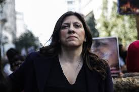Η Ζωή Κωνσταντοπούλου σηκώνει τη μπάρα των διοδίων και περνά χωρίς να πληρώσει