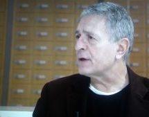 Στέλιος Κούλογλου: Ο διαφορετικός δημοσιογράφος – ευρωβουλευτής που βγάζει στο ξέφωτο της Ευρώπης τον Στουρνάρα