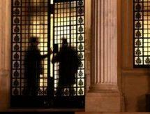 Σύσκεψη υψηλών στελεχών, πίσω από κλειστές πόρτες