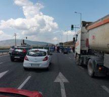 Έκλεισαν τον  δρόμο Τρικάλων – Λάρισας οι πρόσφυγες στο Κουτσόχερο