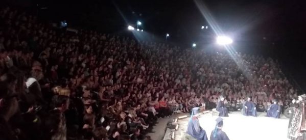 Ήταν όλοι εκεί! Το αδιαχώρητο στο δημοτικό θέατρο Τρικάλων για την παράσταση «Αχαρνής»