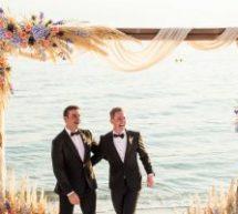 Ο πρώτος γκέι γάμος στο Βόλο ήταν μια άκρως ρομαντική τελετή με θέα τον Παγασητικό [εικόνες]