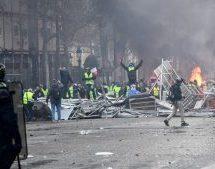 Χάος στο Παρίσι: Άγριες συμπλοκές με οδοφράγματα, φωτιές και τραυματίες για την πολιτική του Μακρόν