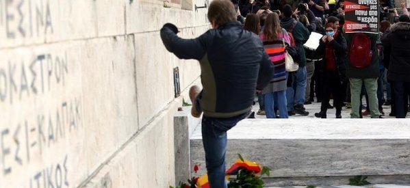 Εικόνα ντροπής! Διαδηλωτής κλωτσάει το στεφάνι της Μέρκελ στον Άγνωστο Στρατιώτη