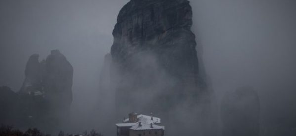 Μαγευτικά πλάνα από τα χιονισμένα Μετέωρα κάνουν τον γύρο του διαδικτύου