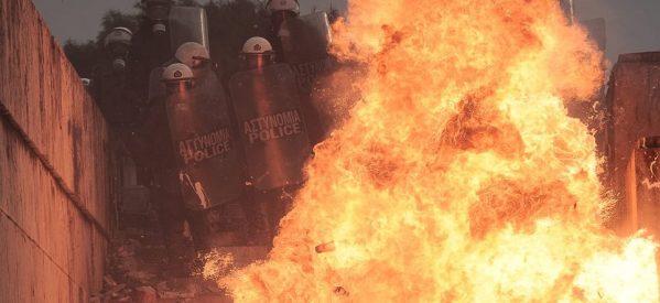 Συλλαλητήριο για τη Μακεδονία: Άγρια επεισόδια, μαχαίρωμα και λιπόθυμα παιδιά από χημικά