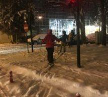 Τρίκαλα : Βγήκαν βόλτα στην πόλη με τα… πέδιλα του σκι!