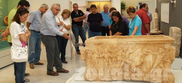 Αρχαίοι Γόμφοι – Η παράσταση της αρπαγής της Περσεφόνης σε σαρκοφάγους