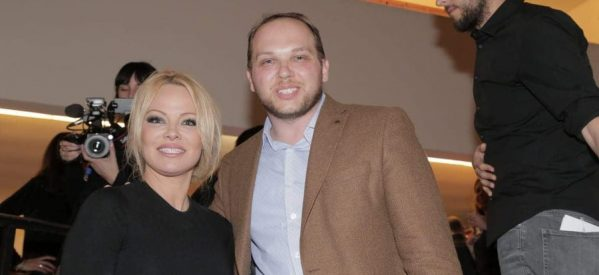 Η εκρηκτική Pamela Anderson , ο Τρικαλινός communicator  Kώστας Κωστούλας και ο Γιάνης Βαρουφάκης