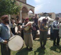 Τρίκαλα – Ο Μανούσος Μανουσάκης χορεύει ποντιακούς χορούς με τους Τρικαλινούς μπροστά στο Τζαμί [εικονες]