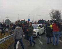 Ανέβασαν τρακτέρ πάνω στον Ε-65 οι αγρότες της Καρδίτσας παρά την ισχυρή παρουσία των ΜΑΤ