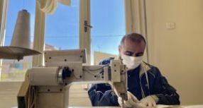 Πρόσφυγας ράβει μάσκες στα Τρίκαλα ενάντια στον κορονοϊό, υπέρ της αλληλεγγύης