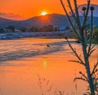 Στον Πηνειό ποταμό κάτω από τα Μετέωρα, το ηλιοβασίλεμα δεν είναι απλά η δύση του ήλιου αλλά μια στιγμή μοναδικής ομορφιάς