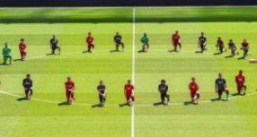 Οι παίκτες της Λίβερπουλ γονατίζουν και στέλνουν μήνυμα κατά του ρατσισμού