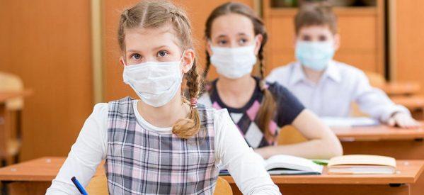 Τρικαλινοί γονείς μαθητών αγοράζουν πάνινες μάσκες από τα φαρμακεία