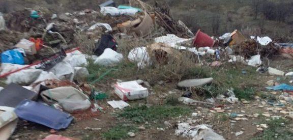 Ανεξέλεγκτη χωματερή του Δήμου Τρικκαίων με σκουπίδια, φέρετρα, μπάζα και παλαιά αυτοκίνητα