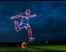 Απίθανο δημιούργημα: Έφτιαξε με drones στον ουρανό, ποδοσφαιριστή που σουτάρει