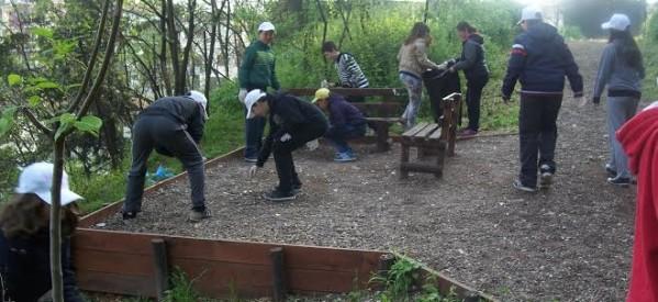 Συνεχίζουν να καθαρίζουν δημόσιους χώρους οι μαθητές