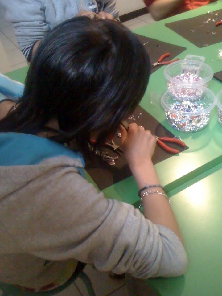 Μια κοπέλα, πρώην θύμα εμπορίας ανθρώπων, φτιάχνει κοσμήματα. Φωτογραφία από τον ξενώνα της Α21 Campaign στη Θεσσαλονίκη.