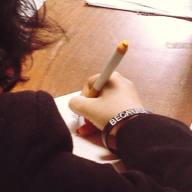 Μια κοπέλα, πρώην θύμα εμπορίας ανθρώπων, ξαναγράφεται στο σχολείο για να συνεχίσει την εκπαίδευσή της και να κυνηγήσει τα όνειρά της. Φωτογραφία από τον ξενώνα της Α21 Campaign στη Θεσσαλονίκη.