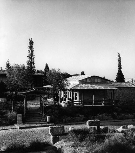 Εκκλησία Αγίου Δημήτριου Λουμπαρδιάρη και αναπαυτήριο, 1954-1958: Το πρόπυλο και η εκκλησία
