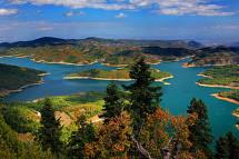 Η μεγαλύτερη ελληνική σημαία στον κόσμο, μεγέθους 1.500 τ.μ., υψώθηκε πάνω από τη λίμνη Πλαστήρα [video]