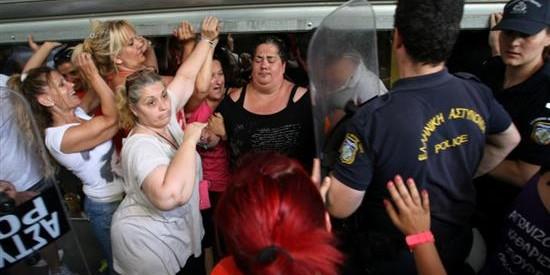 Σύλληψη απολυμένης καθαρίστριας και επίθεση από τα ΜΑΤ