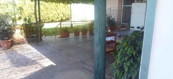 Κολώνα της ΔΕΗ σε… βεράντα σπιτιού