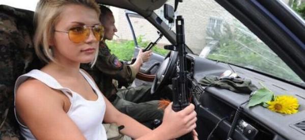 Ουκρανία: H ξανθιά πολεμίστρια με τις ροζ σαγιονάρες
