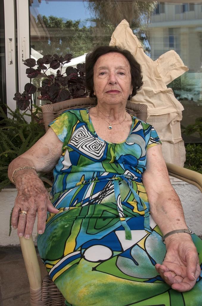 """Λέα Τουριέλ: Επίσης από Ρόδο. Τώρα ζει στις Βρυξέλλες. """"Οι τρεις επιζώντες από τη Ρόδο φωτογραφήθηκαν στο νησί τέλη Ιουλίου, όπου είχαν πάει για να μνημονεύσουν τα 70 χρόνια εκτόπισης. Μαζεύτηκαν 400 άνθρωποι απ' όλον τον κόσμο - απόγονοι Ρόδιων Εβραίων."""""""