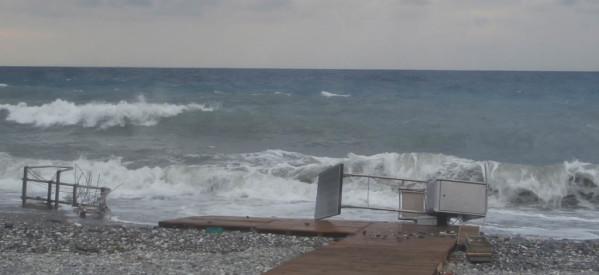 Τα κύματα «τσάκισαν» τη ράμπα στον Αγιόκαμπο