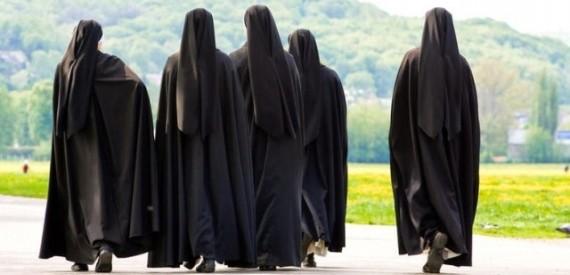 Καλόγριες και πολίτες δικάζονται για σκάνδαλο εκατομμυρίων με «βιτρίνα» γυναικείο μοναστήρι