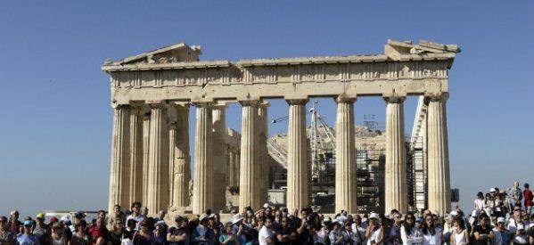 Το 89% των Ελλήνων θεωρεί ανώτερο όλων τον πολιτισμό μας – αλλά το 66% πιστεύει στο κακό μάτι